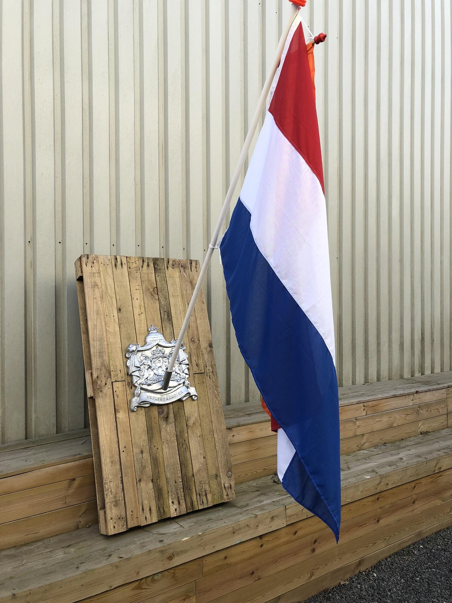 Uitzonderlijk Vlaggenmast houder, hofleverancier met koninklijk logo, voor aan MF87